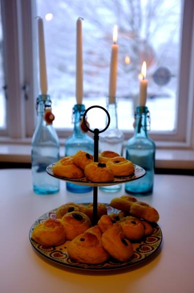 Panes de Lucía con las velas de Adviento detrás