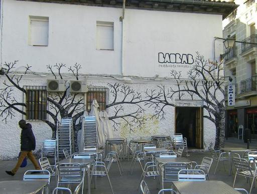 Las ramas del baobab decoran la entrada del restaurante