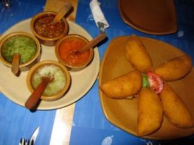 Empanadas de carne y pollo con salas variadas