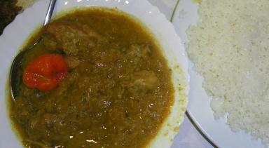 Yassa, arroz blanco con pollo en salsa de cebolla